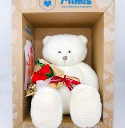 Oyuncak ayı hediye kutusunda bir buket ile