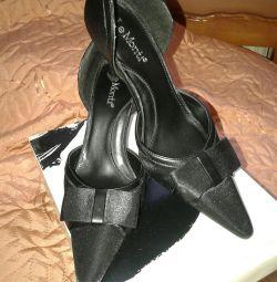 Pantofi noi de la Le Monti