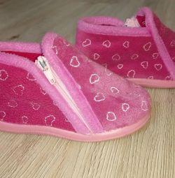 Papuci sunt de pluș, de 22 de dimensiuni, branț de 13 cm