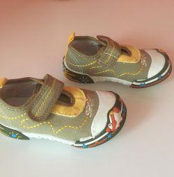 Τα αθλητικά παπούτσια είναι καινούργια, μεγέθους 22