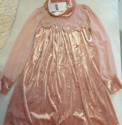 O rochie cu o creștere de 128 și 134 cm.