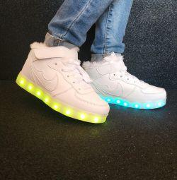 Сяючі кросівки нові