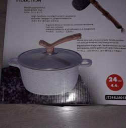 The cauldron is new. 24cm.