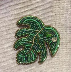 Брошь из бисера « зелeный лист» подарок
