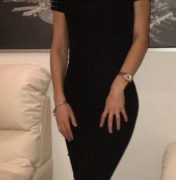 Μαύρο φόρεμα με χρυσά αγκάθια στα μανίκια