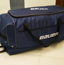 Baul hockey sports bag on wheels. Taking out
