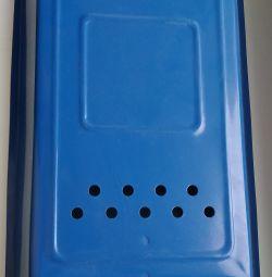 Το γραμματοκιβώτιο είναι μπλε.