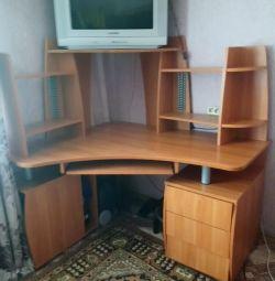 Продам стіл разом з телевізором.