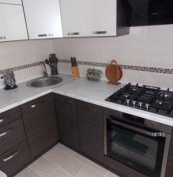 Кухня з двоколірним Фасадом