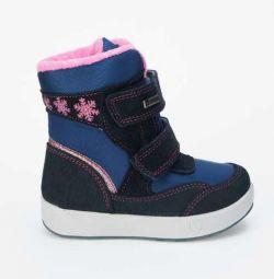 Νέες μπότες στο κορίτσι