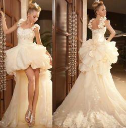 Rochia este de nuntă.