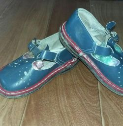 Yeni koşullarda çocuk sandaletleri