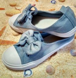 Papuci (adidași) noi
