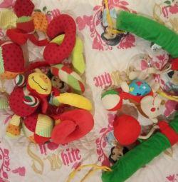 Arc, ajutoare, jucării, covor