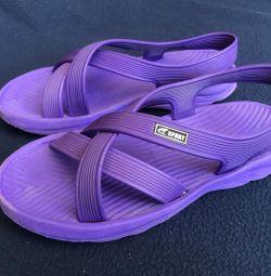 Papuci de plajă la piscină