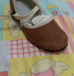 Νέες δερμάτινες παπούτσια για παιδιά