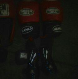 Боксёрский шлем-перчатки, ролики, бинты, щитки.