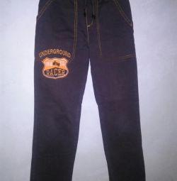 Pantalonii băiatului.