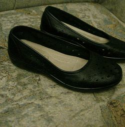 Νέα παπούτσια-παπούτσια μπαλέτου.