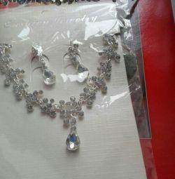 Νέο κολιέ, σκουλαρίκια, κοσμήματα κεφαλής.