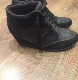 Sneakers on a wedge 39-40