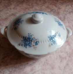 Tureen and plates