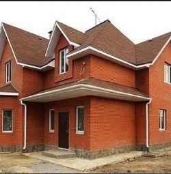 Construirea unei case din cărămidă.