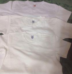 Τα μπλουζάκια είναι λευκά
