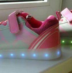 Işıklı taban ile spor ayakkabı
