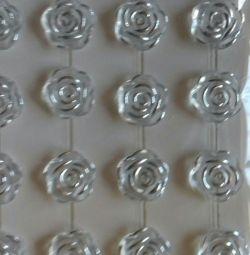 Розы клеевые на листе