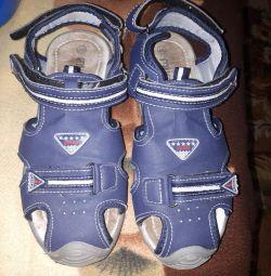 Sandale pe băiat