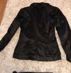 Voi vinde un costum la modă din satin negru