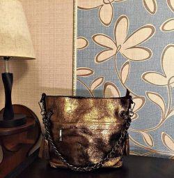 Altın parlaklığında altından yeni deri çanta