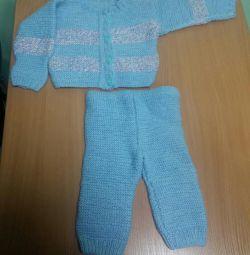 Costum tricotat pentru nou-nascuti