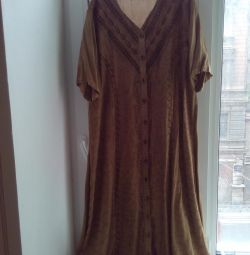Ένα τεράστιο φόρεμα στο πάτωμα