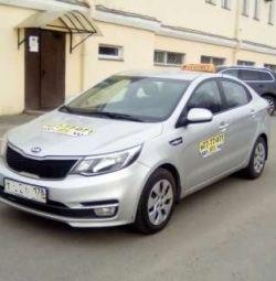 Arabasında taksi şoförü