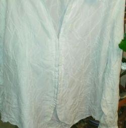 Bluza este albă. Dimensiunea 56-58