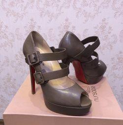 Yüksek topuklu bayan ayakkabıları. Hakiki deri