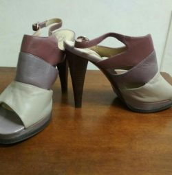 Sandalele sunt noi. Piele autentică. Dimensiunea 39