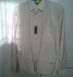 Το πουκάμισο είναι μονόχρωμο μπεζ.