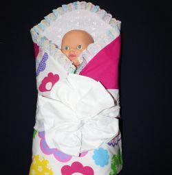 Plic pentru un nou-născut pe un extras de vară-toamnă