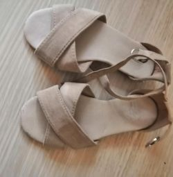 Sandale din piele de căprioară
