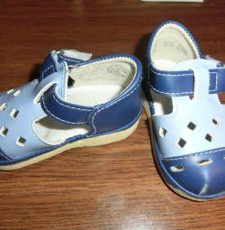 Sandale pentru primii pași