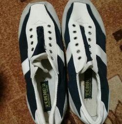 Τα πάνινα παπούτσια είναι καινούργια