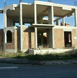 Clădire neterminată pe un teren complet