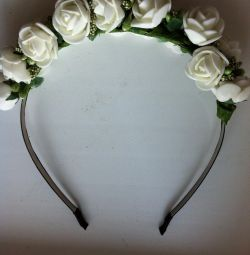 White rim of a wreath at the head