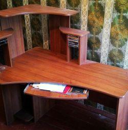 Компьютерный стол с полками и отсеками для дисков