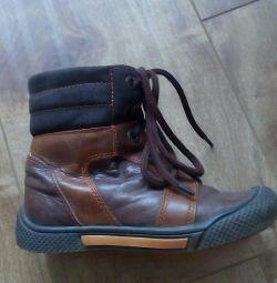 Μπότες των δεξιού εποχιακού μεγέθους 25