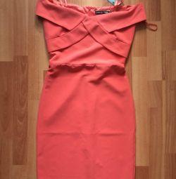 İnce bir kız için yeni bir elbise