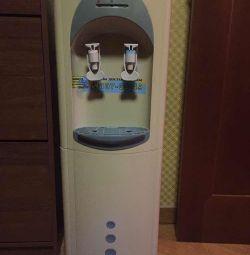 Μεταχειρισμένο ψυγείο νερού σε λειτουργία δύο βρύσες